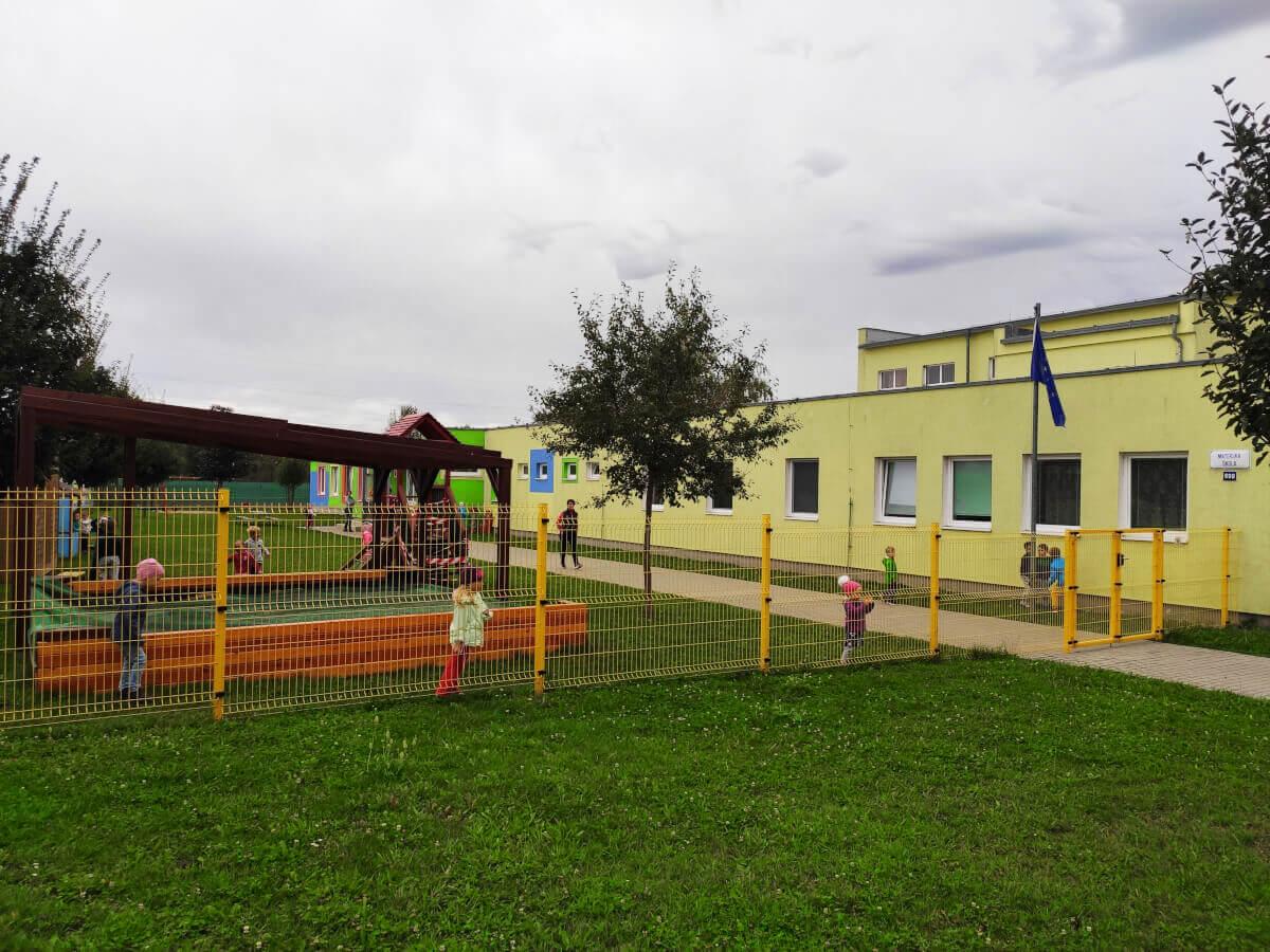 MŠ Jízdárenská - budova se zahradou