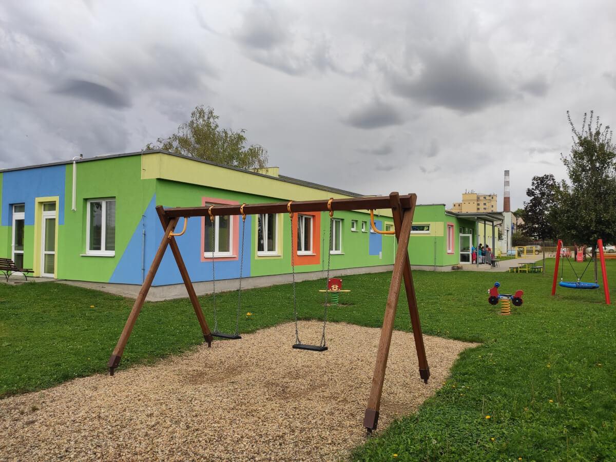MŠ Jízdárenská - zahrada - záběr na houpačky